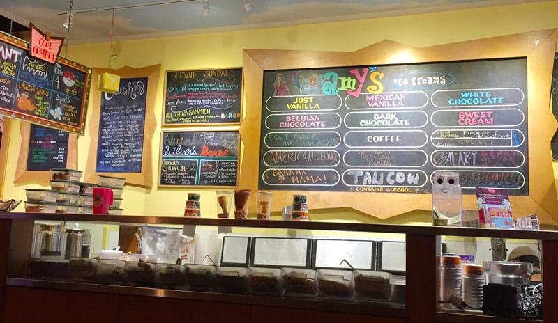 可愛いカラフルな店内のエイミーズアイスクリーム