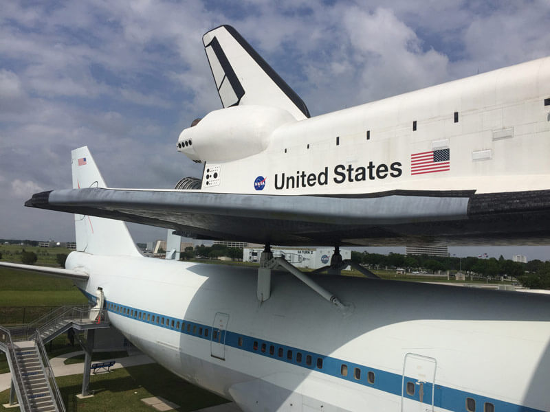 ロケットの部品を飛行機で運ぶようす