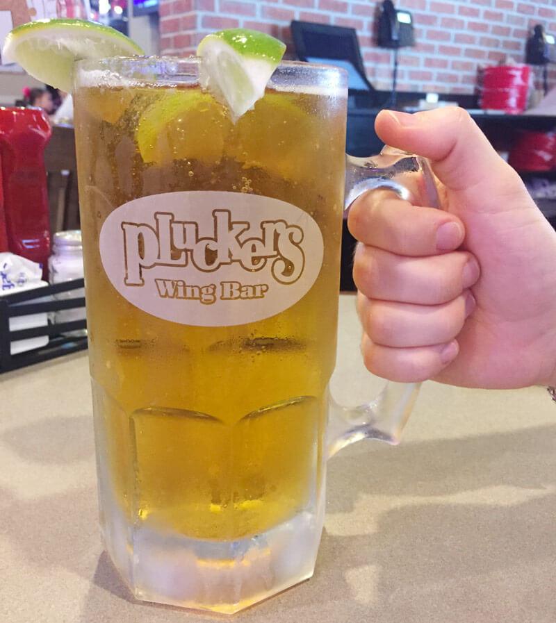 顔よりも大きいビールジョッキ